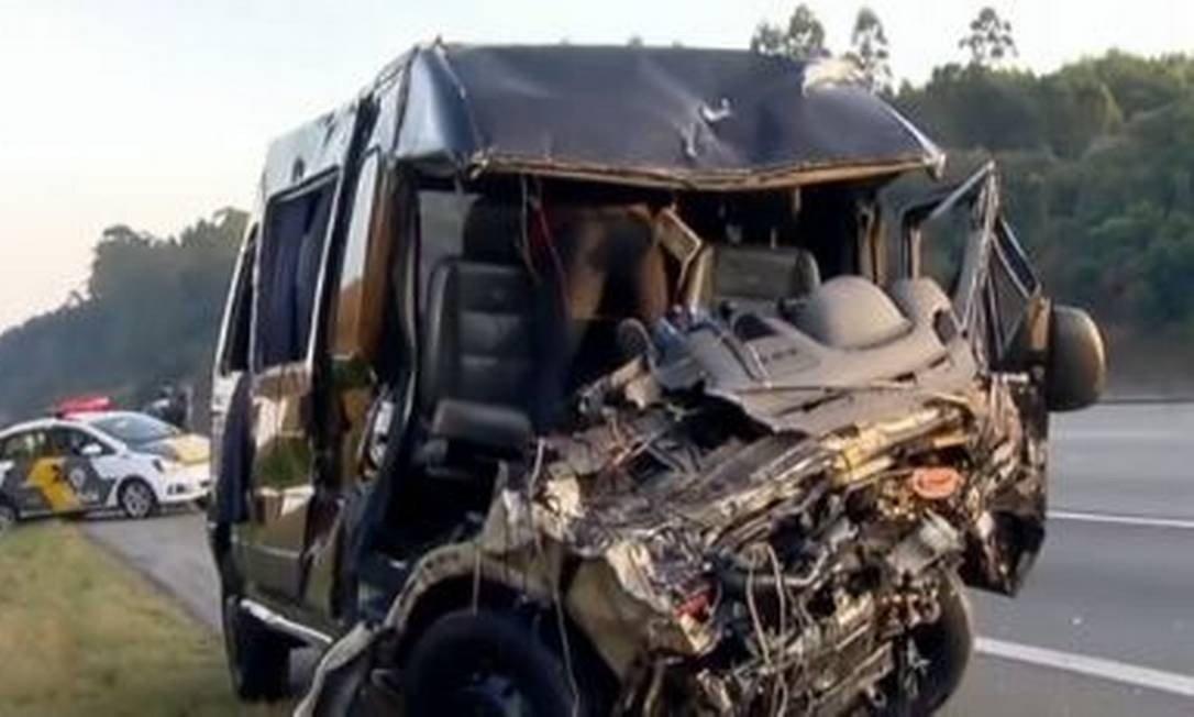 Carro bate em van da banda Sampa Crew e deixa 1 morto e 8 feridos
