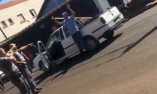 Vítima é arrastada e impede roubo de veículo em Cândido Mota – Veja vídeo