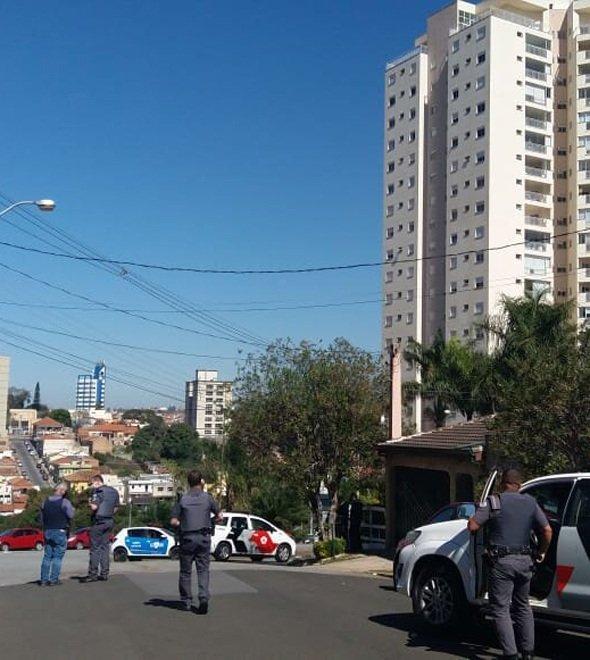 Homem faz moradores reféns em um prédio